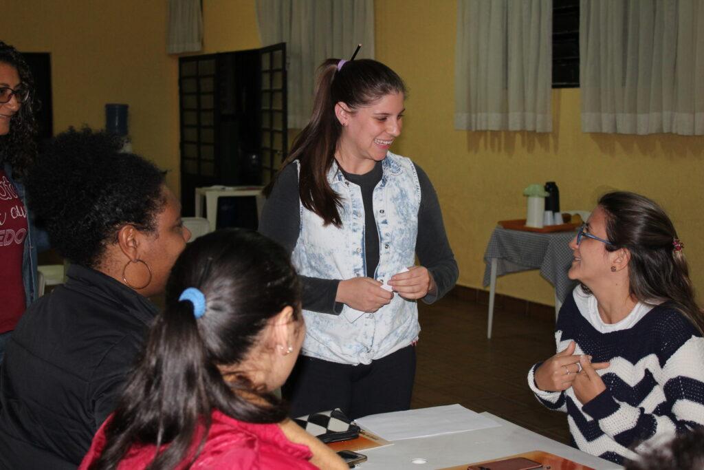 Presidente Jessica Lourenço durante dinâmica com associados.
